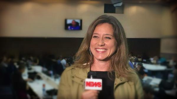 Carolina Cimenti: ao vivo na TV, contando a história do nosso tempo